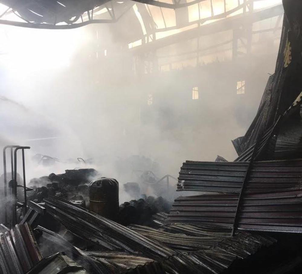 Cháy dữ dội ở kho sơn và hóa chất, khói lửa bốc cao hàng chục mét - Ảnh 9.