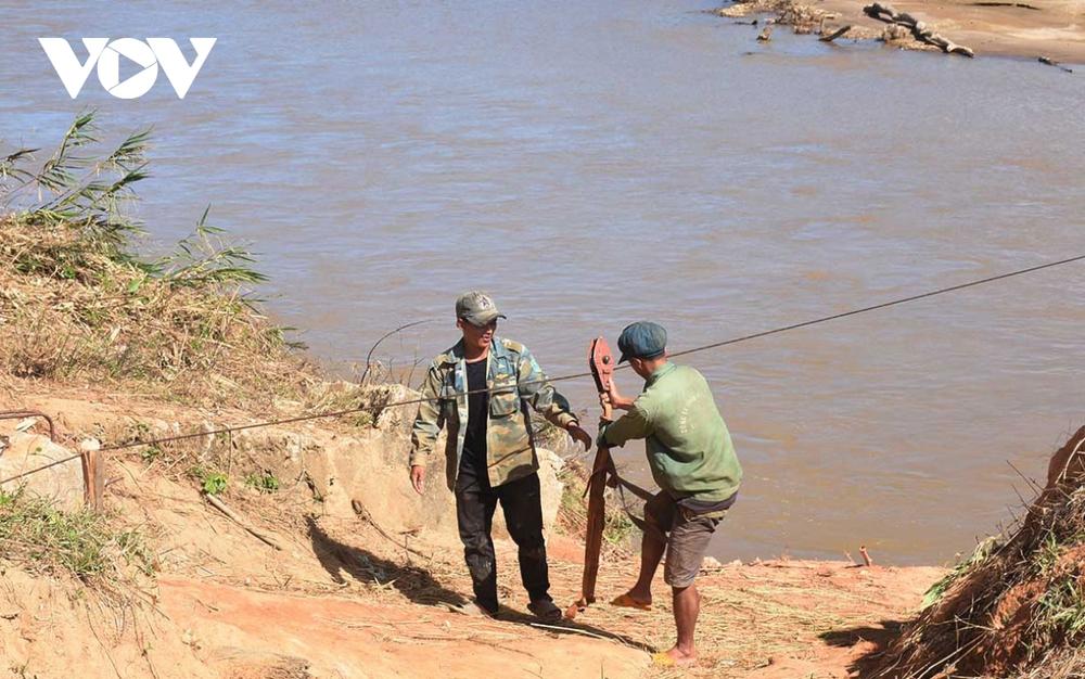 Bất chấp khuyến cáo người dân lại đu dây qua sông Pô Kô - Ảnh 1.