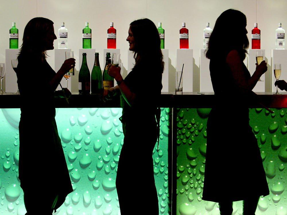 Những thời điểm uống rượu có thể cực kỳ nguy hiểm: Nên tránh để không gây hậu quả cho sức khoẻ - Ảnh 3.