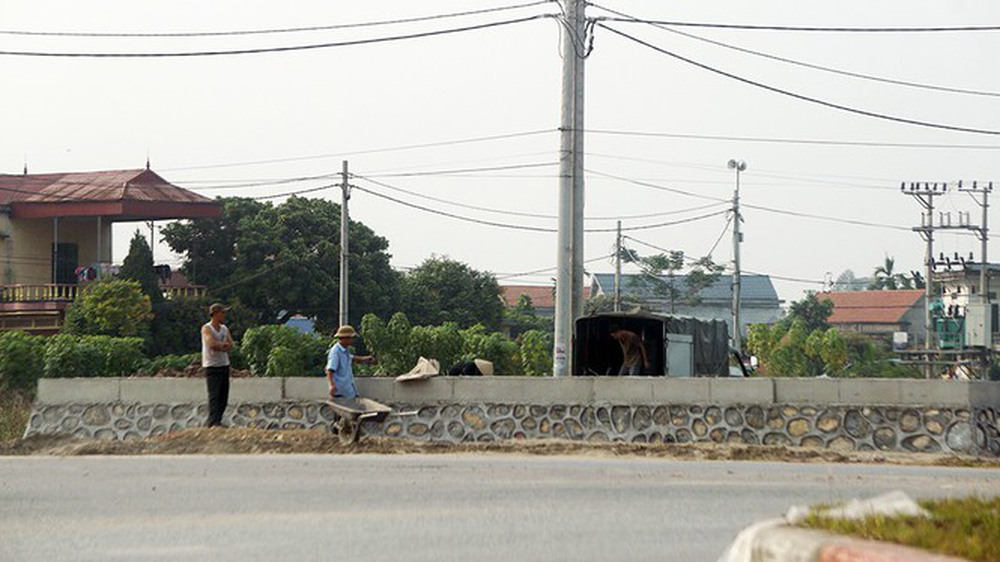 Đình chỉ công trình vi phạm hành lang an toàn giao thông ở Hưng Yên - Ảnh 2.