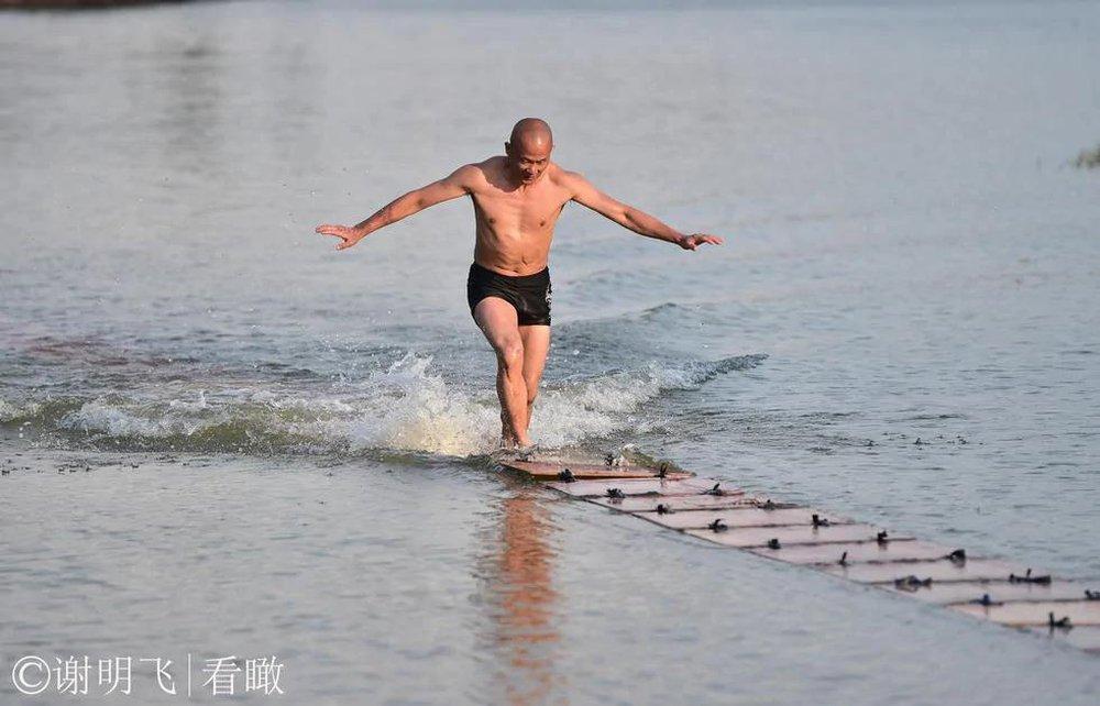 """Định lập kỳ tích với màn chạy trên nước, đệ nhất khinh công TQ thất bại vì lý do """"khó đỡ"""" - Ảnh 1."""
