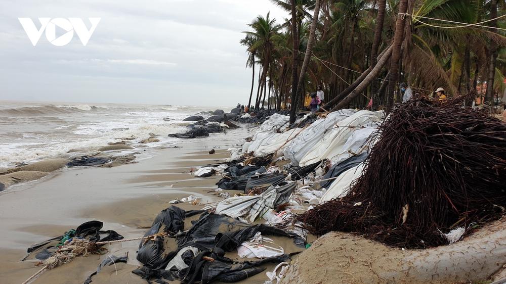 Hết dịch Covid-19 đến bão tàn phá, chủ nhà hàng ven biển Hội An bỏ bê hàng quán - Ảnh 1.