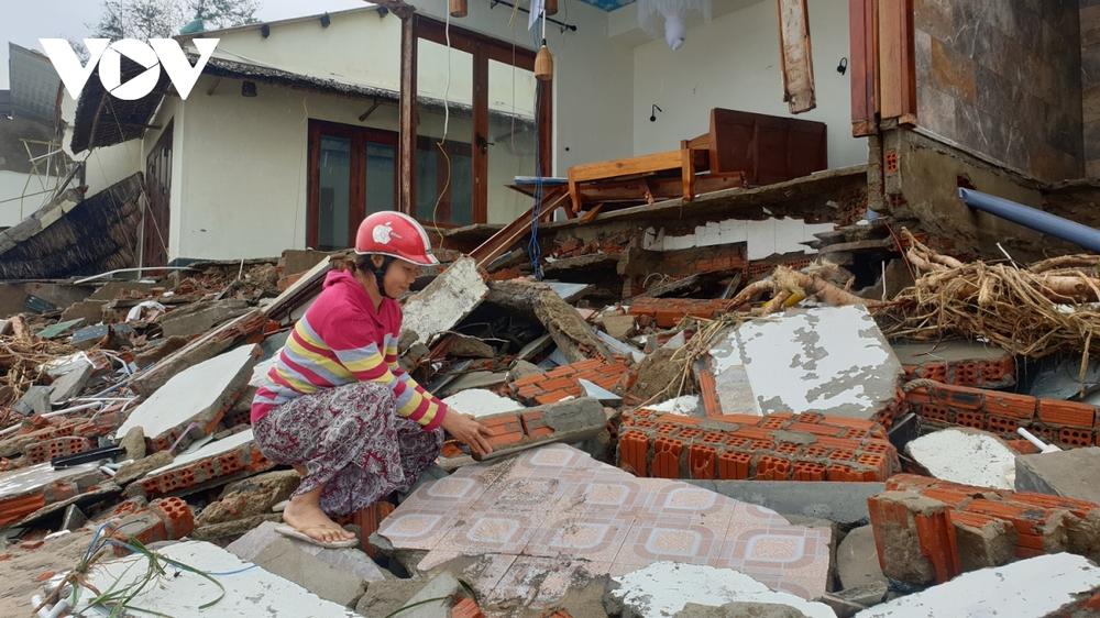 Hết dịch Covid-19 đến bão tàn phá, chủ nhà hàng ven biển Hội An bỏ bê hàng quán - Ảnh 2.