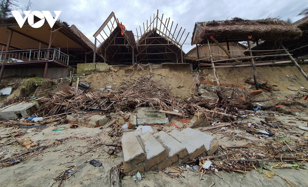 Hết dịch Covid-19 đến bão tàn phá, chủ nhà hàng ven biển Hội An bỏ bê hàng quán - Ảnh 3.