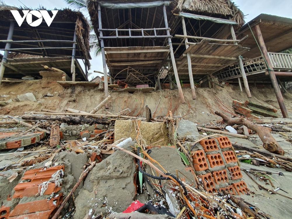 Hết dịch Covid-19 đến bão tàn phá, chủ nhà hàng ven biển Hội An bỏ bê hàng quán - Ảnh 4.
