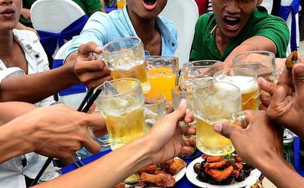 Trên bàn nhậu, cứ hễ có rượu bia là đều phải chạm cốc - Vì sao vậy?