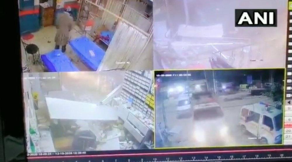 Ấn Độ: Tranh cãi với bác sĩ, lao xe phá bệnh viện - Ảnh 1.