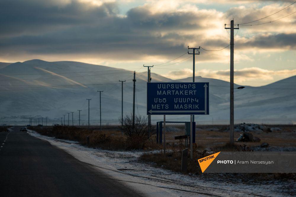 Quỳ xuống và cầu nguyện: Cuộc sống ở ngôi làng Armenia cách quân Azerbaijan chỉ 9 km - Ảnh 1.