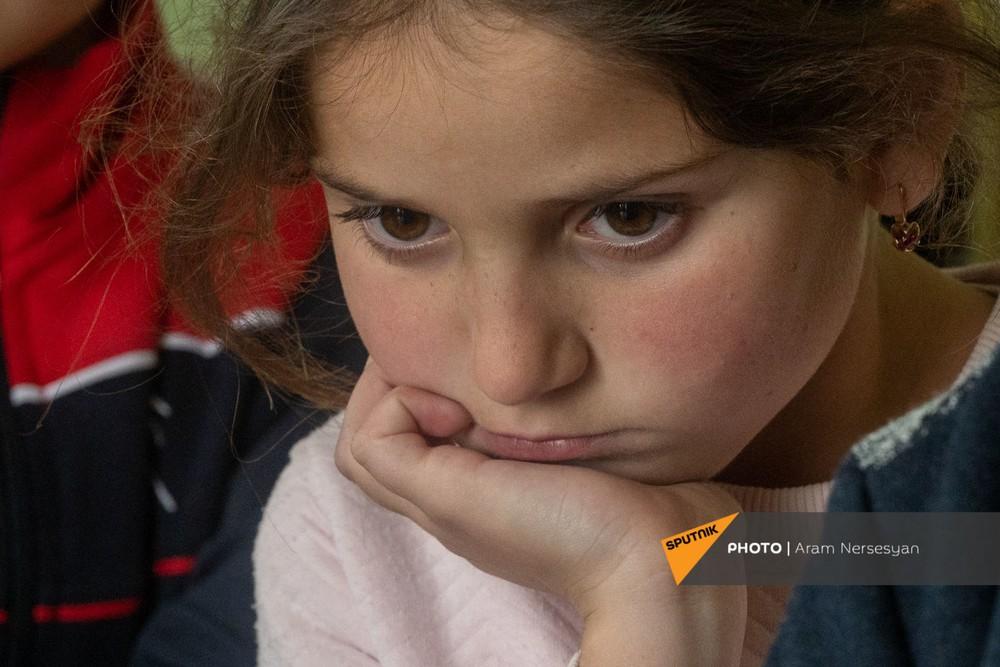 Quỳ xuống và cầu nguyện: Cuộc sống ở ngôi làng Armenia cách quân Azerbaijan chỉ 9 km - Ảnh 4.