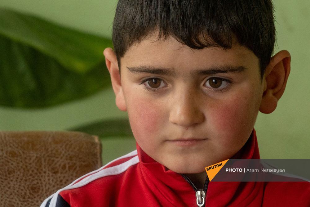 Quỳ xuống và cầu nguyện: Cuộc sống ở ngôi làng Armenia cách quân Azerbaijan chỉ 9 km - Ảnh 6.