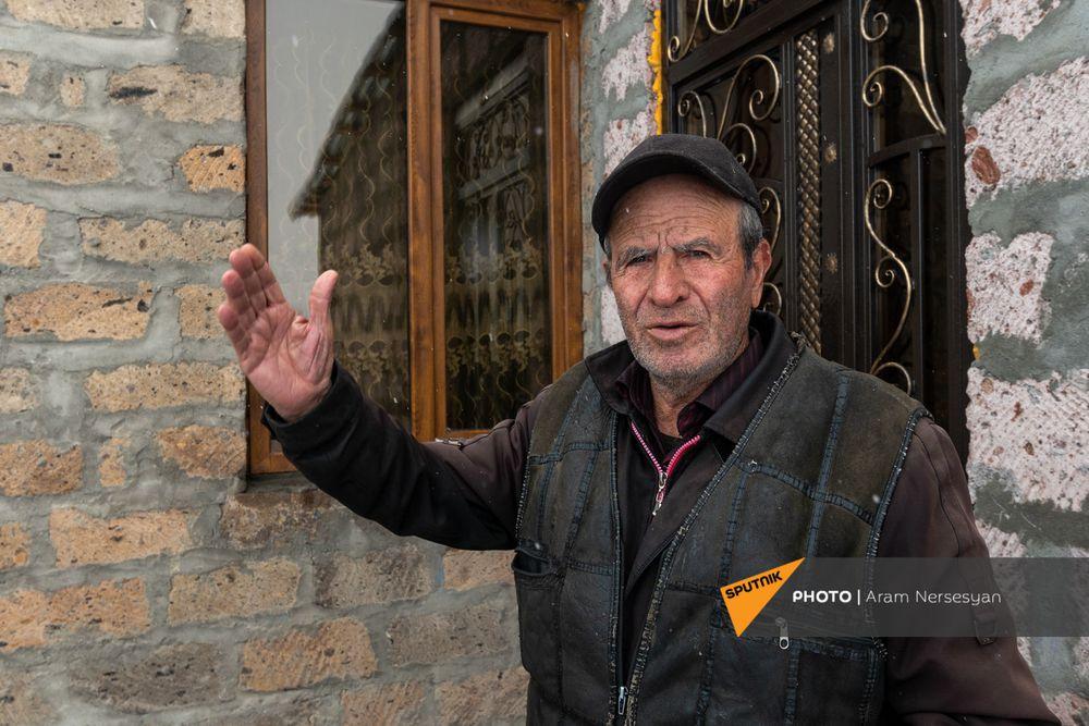 Quỳ xuống và cầu nguyện: Cuộc sống ở ngôi làng Armenia cách quân Azerbaijan chỉ 9 km - Ảnh 7.