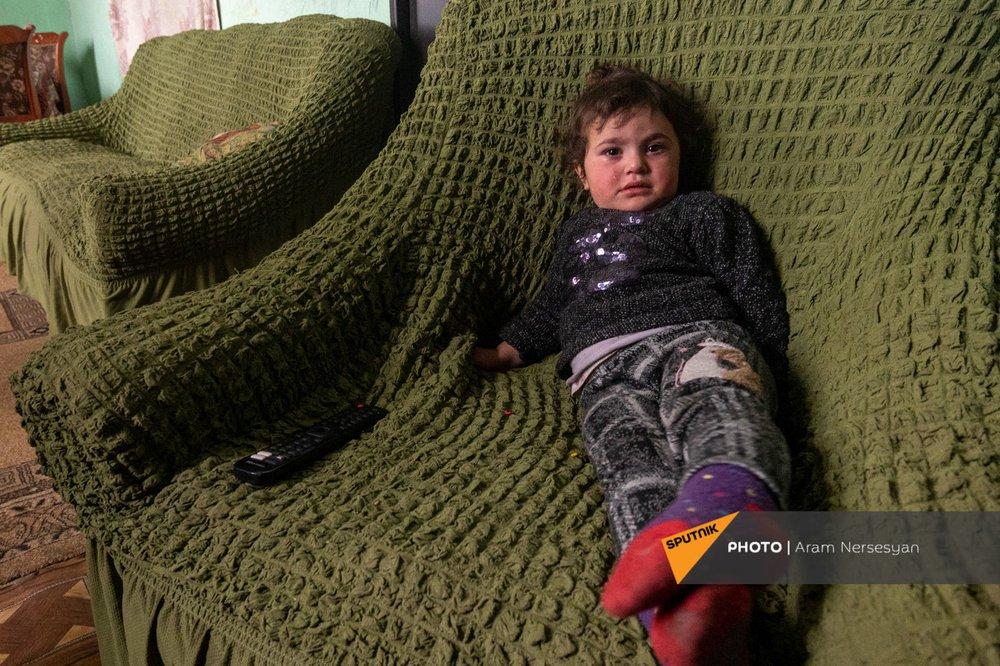 Quỳ xuống và cầu nguyện: Cuộc sống ở ngôi làng Armenia cách quân Azerbaijan chỉ 9 km - Ảnh 8.