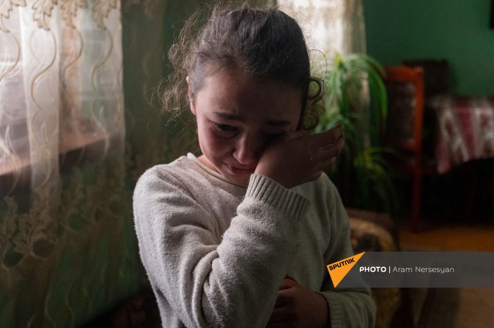 Quỳ xuống và cầu nguyện: Cuộc sống ở ngôi làng Armenia cách quân Azerbaijan chỉ 9 km - Ảnh 9.