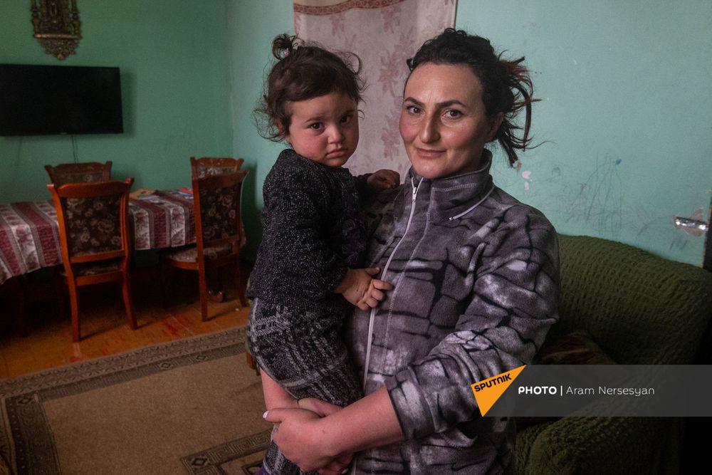 Quỳ xuống và cầu nguyện: Cuộc sống ở ngôi làng Armenia cách quân Azerbaijan chỉ 9 km - Ảnh 10.