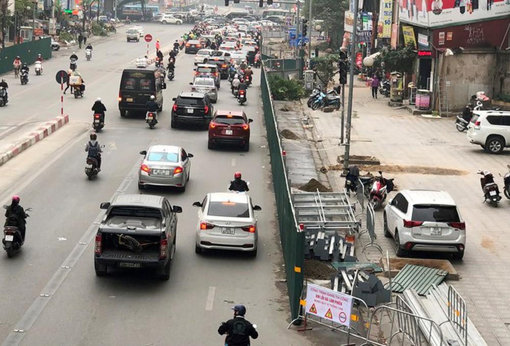 Phân luồng phương tiện qua công trường hầm chui Lê Văn Lương ra sao? - Ảnh 1.