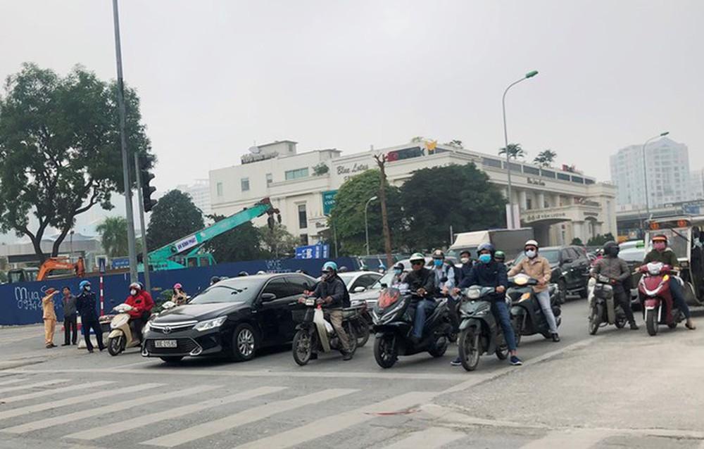 Phân luồng phương tiện qua công trường hầm chui Lê Văn Lương ra sao? - Ảnh 6.