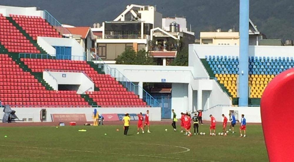 Bi hài V.League: CLB mất một loạt cầu thủ, CĐV đi tìm người biết đá bóng để vào tập cùng - Ảnh 1.