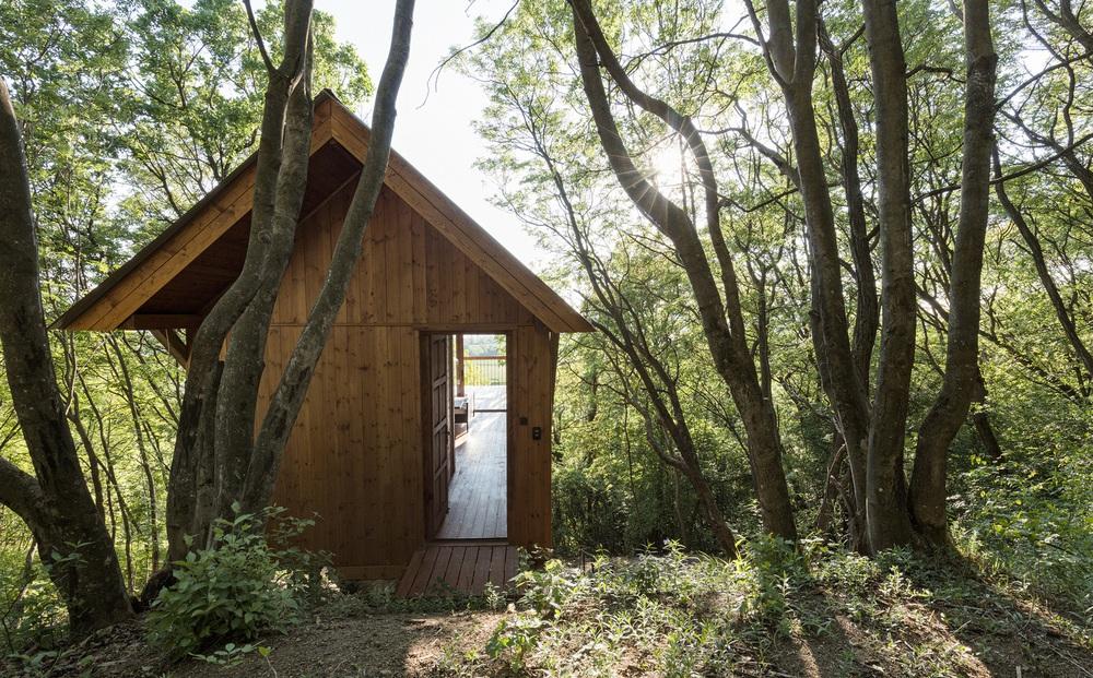 Độc đáo ngôi nhà vô cùng đơn giản, với 12 cái chân, tầm nhìn ra sông