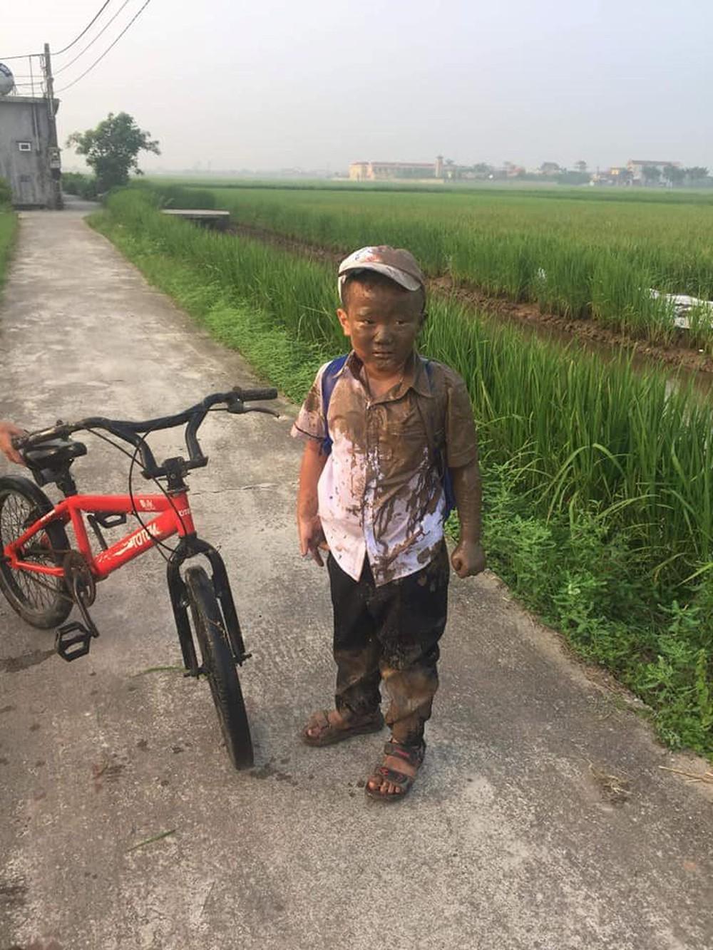 Đang yên đang lành thì đồng ruộng tự nhiên va vào người, cậu bé nâu từ đầu đến chân như thỏi socola đang chảy nước - Ảnh 4.