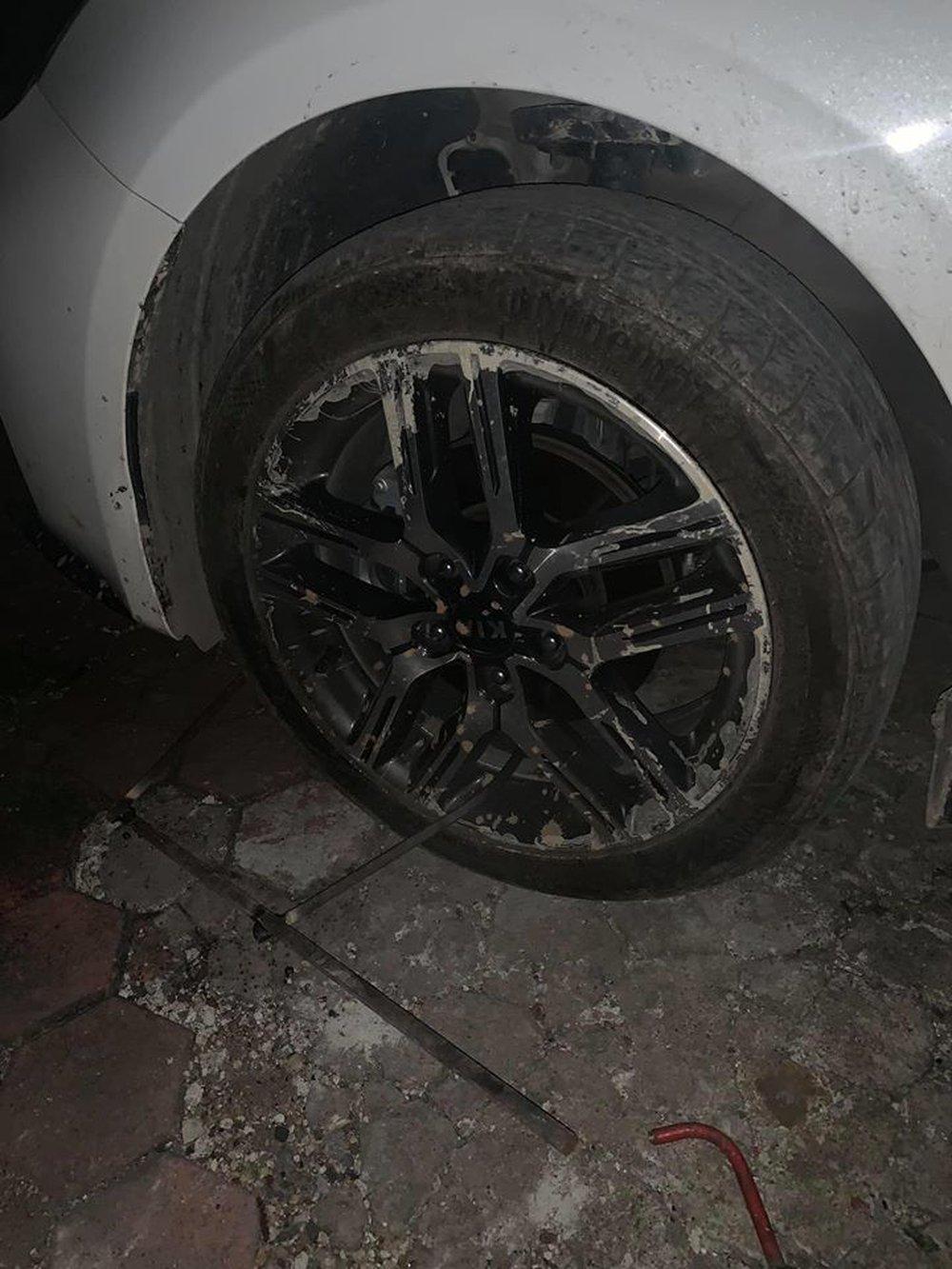 Đỗ ô tô gần chợ rồi rời đi, lúc quay về tài xế tím mặt vì mảnh giấy nhắn và tình trạng của lốp xe - Ảnh 1.