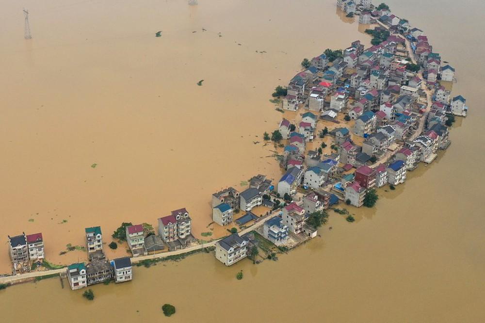 Ảnh: Lũ lụt nghiêm trọng nhất 3 thập kỷ tàn phá nhiều tỉnh thành ở Trung Quốc - Ảnh 1.