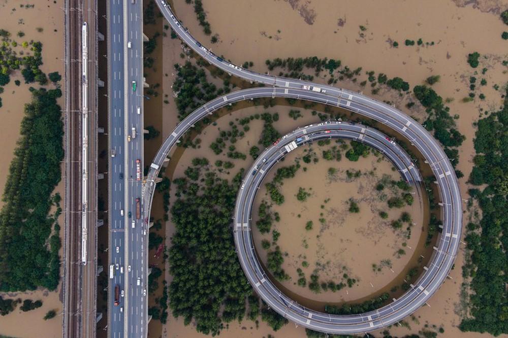 Ảnh: Lũ lụt nghiêm trọng nhất 3 thập kỷ tàn phá nhiều tỉnh thành ở Trung Quốc - Ảnh 2.