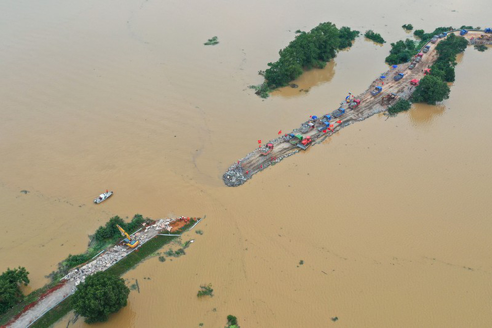 Ảnh: Lũ lụt nghiêm trọng nhất 3 thập kỷ tàn phá nhiều tỉnh thành ở Trung Quốc - Ảnh 3.