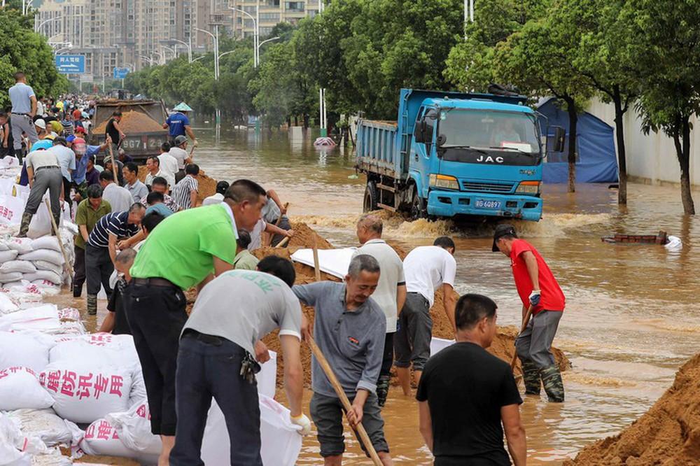 Ảnh: Lũ lụt nghiêm trọng nhất 3 thập kỷ tàn phá nhiều tỉnh thành ở Trung Quốc - Ảnh 4.