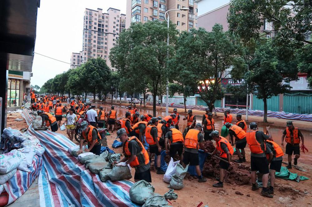Ảnh: Lũ lụt nghiêm trọng nhất 3 thập kỷ tàn phá nhiều tỉnh thành ở Trung Quốc - Ảnh 6.