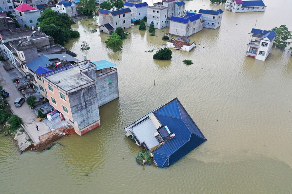Ảnh: Lũ lụt nghiêm trọng nhất 3 thập kỷ tàn phá nhiều tỉnh thành ở Trung Quốc - Ảnh 7.
