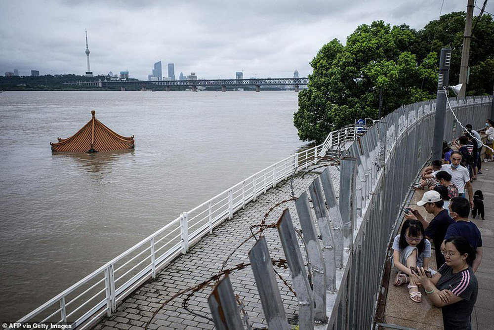 Ảnh: Lũ lụt nghiêm trọng nhất 3 thập kỷ tàn phá nhiều tỉnh thành ở Trung Quốc - Ảnh 9.