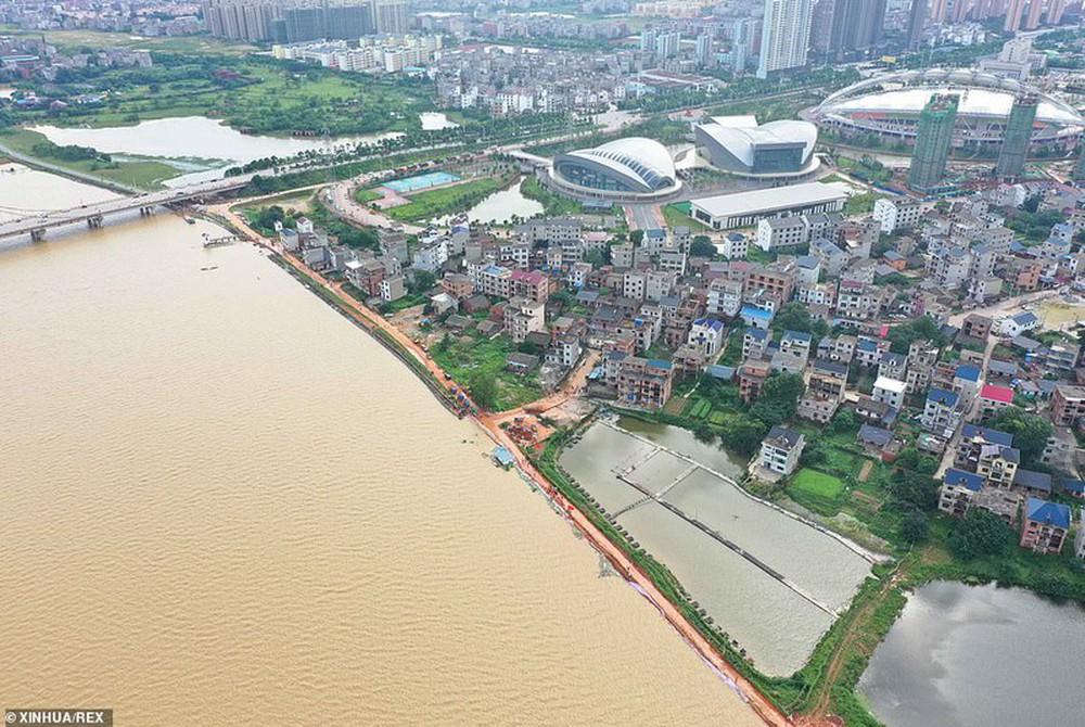 Ảnh: Lũ lụt nghiêm trọng nhất 3 thập kỷ tàn phá nhiều tỉnh thành ở Trung Quốc - Ảnh 10.