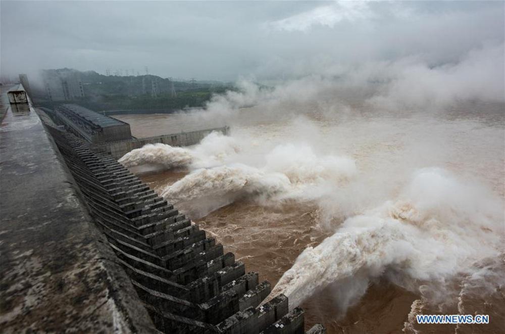 Nước cuồn cuộn đổ về, đập Tam Hiệp an toàn vượt qua đỉnh lũ - Ảnh 1.