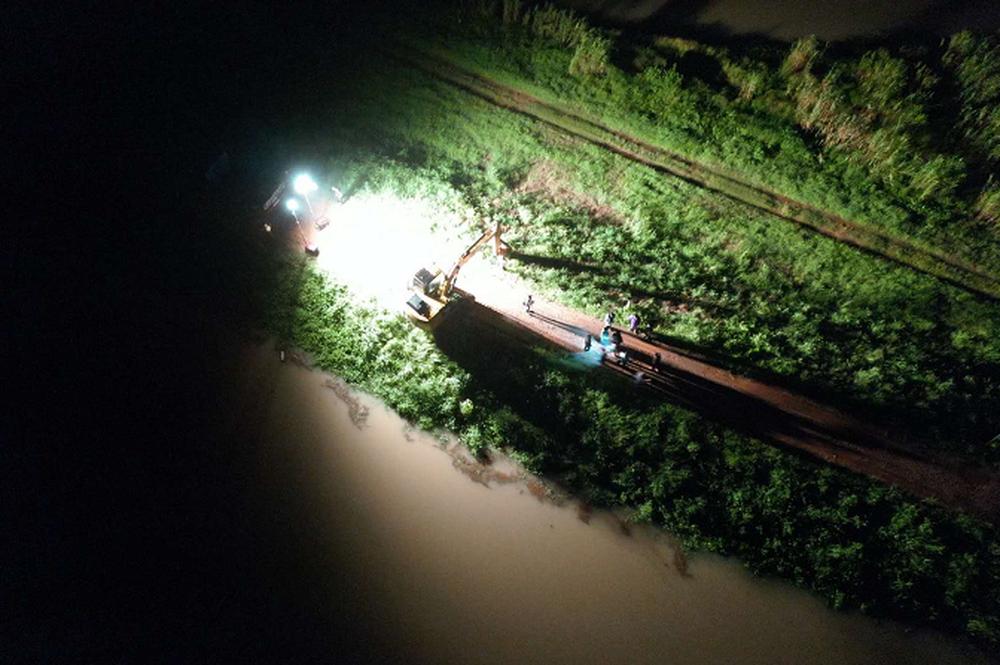 Trung Quốc cho nổ tung 2 đoạn đê ngay giữa đêm, giải phóng áp lực nước, phá thế nguy hiểm - Ảnh 3.