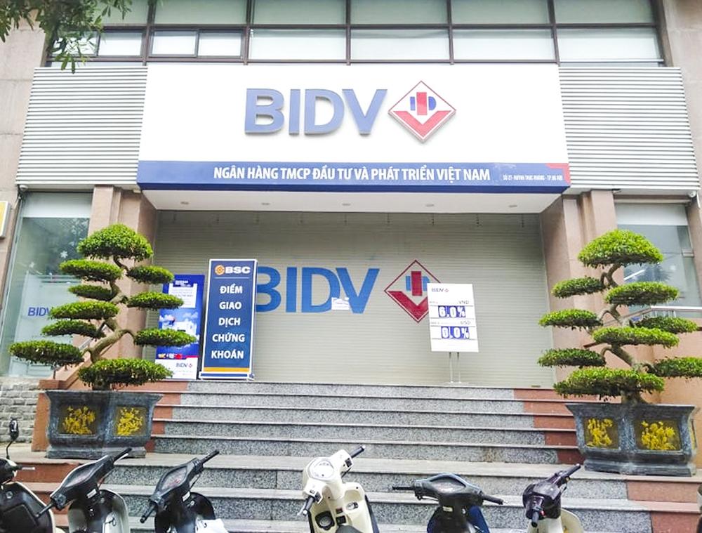 Vụ 2 tên cướp nổ súng, cướp ngân hàng BIDV ở Hà Nội: Đối tượng đe dọa chỉ cần bò sẽ bắn chết - Ảnh 1.