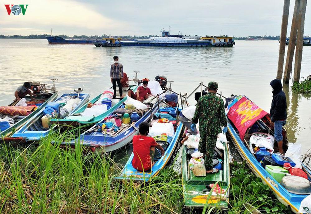Ngăn chặn 7 gia đình nhập cảnh trái phép từ Campuchia vào Việt Nam - Ảnh 2.