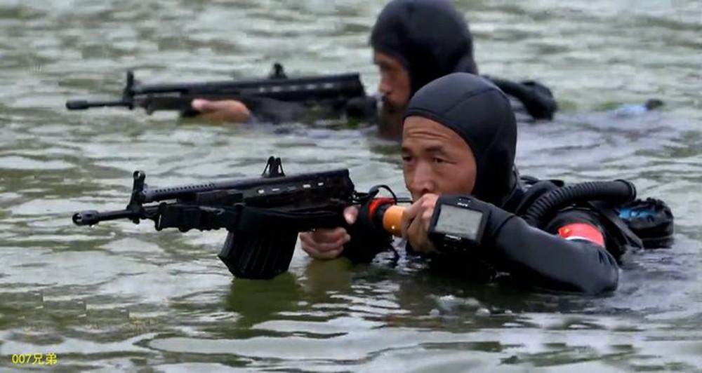 Biệt kích người nhái Trung Quốc sử dụng loại súng gì ở Biển Đông? - Ảnh 1.