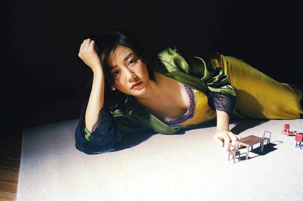 Văn Mai Hương khoe vẻ gợi cảm trong sản phẩm âm nhạc tái xuất - Ảnh 5.