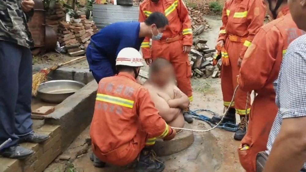 Trung Quốc: Nam thanh niên sống sót thần kỳ nhờ bụng quá to, không lọt nổi xuống giếng - Ảnh 1.