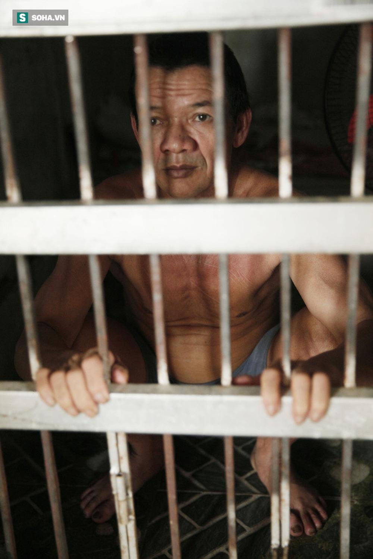 Cầm lòng nhốt chồng ở phòng giam, dựng cho con chỗ nằm cạnh chuồng gà - Ảnh 6.