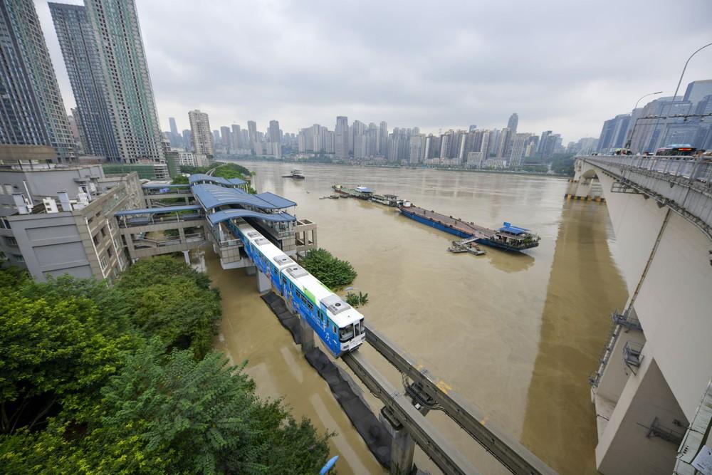 2 đợt lũ trên 2 sông cùng tập kích Trùng Khánh (TQ): Lũ cao nhất trong 40 năm, nước gần nhấn chìm biển tên đường - Ảnh 8.