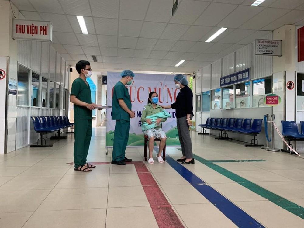 Sản phụ mắc Covid-19 cùng 15 bệnh nhân khác được công bố khỏi bệnh - Ảnh 1.