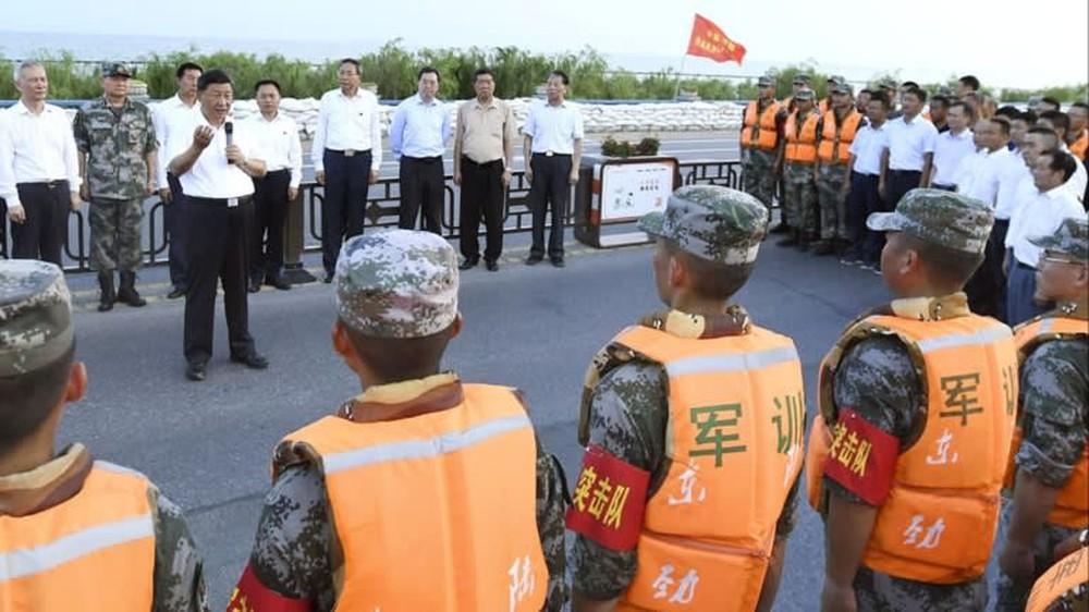 Trung Quốc: Ẩn ý gì sau thông tin Chủ tịch và Thủ tướng thị sát vùng lũ lụt? - Ảnh 2.