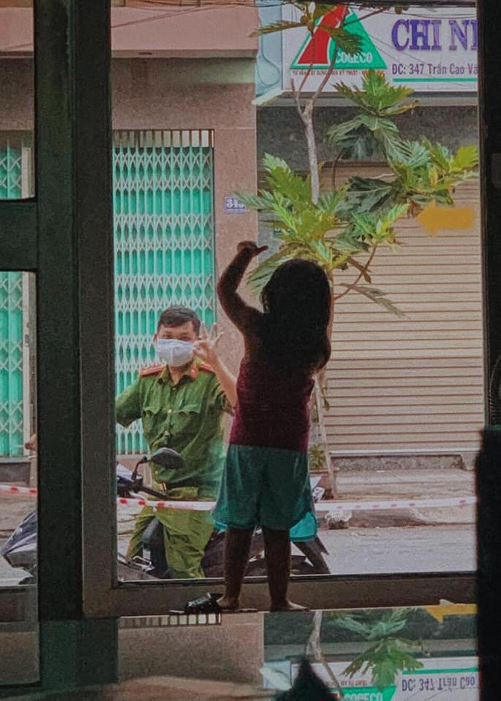 Giữa tâm dịch Đà Nẵng, hình ảnh chiến sĩ công an chào con gái qua cửa kính gây xúc động - Ảnh 1.