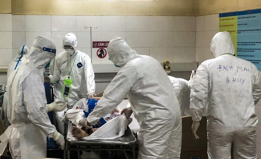 Bên trong Bệnh viện dã chiến Hòa Vang, điểm nóng nhất Đà Nẵng - Ảnh 11.