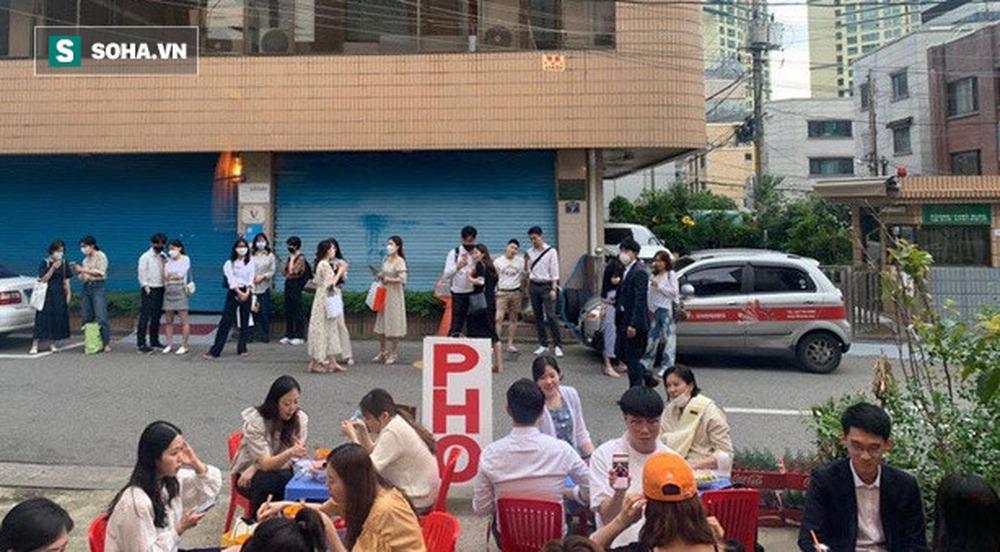 Quán vỉa hè Việt Nam mọc lên giữa Seoul, nhân viên mặc đồng phục in hình Chủ tịch Hồ Chí Minh - Ảnh 4.