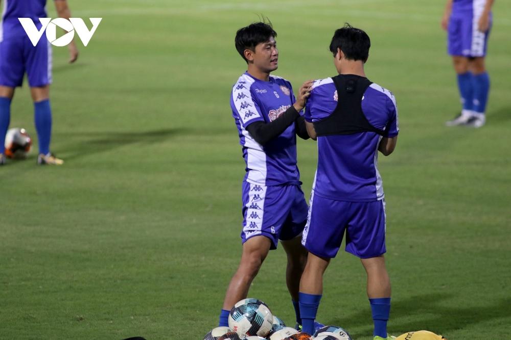 Không được thi đấu, Công Phượng vẫn hăng say tập luyện cùng CLB TPHCM - Ảnh 1.
