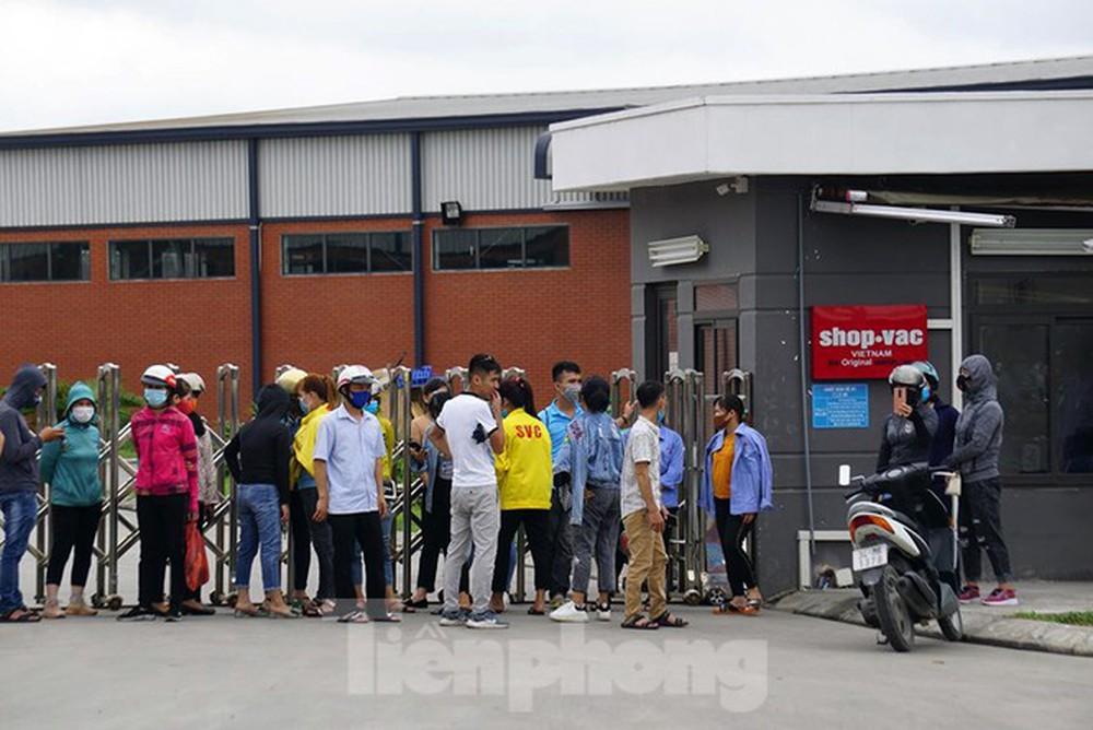 Hàng trăm công nhân vây trụ sở công ty vì Giám đốc biệt tích - Ảnh 1.