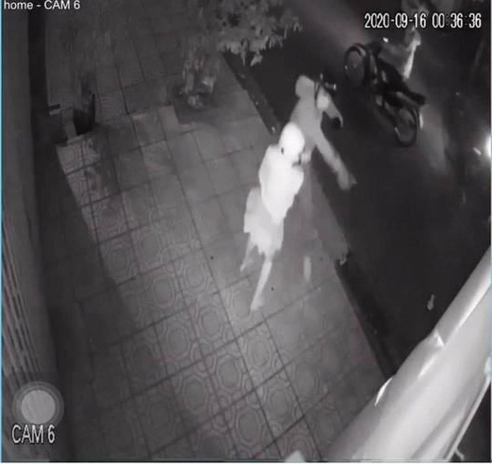 Bắt 4 thanh thiếu niên rình rập phụ nữ trong đêm bị camera ghi hình - Ảnh 2.