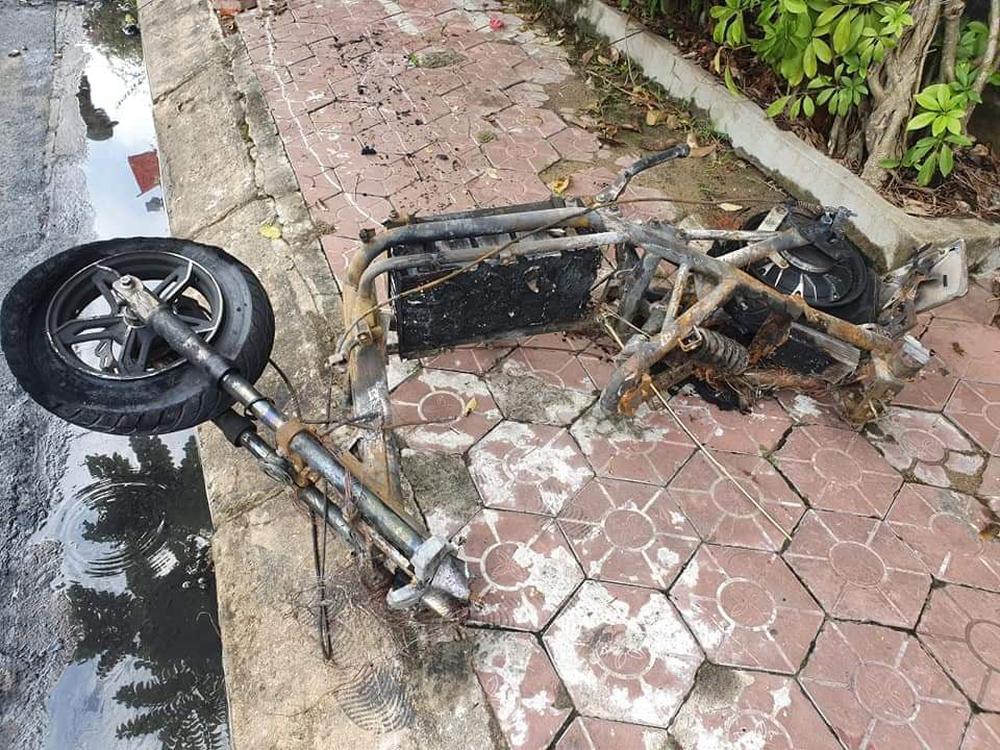 Sạc xe máy điện gây cháy nhà và ô tô, 3 người phải thoát ra bằng cửa sau - Ảnh 3.